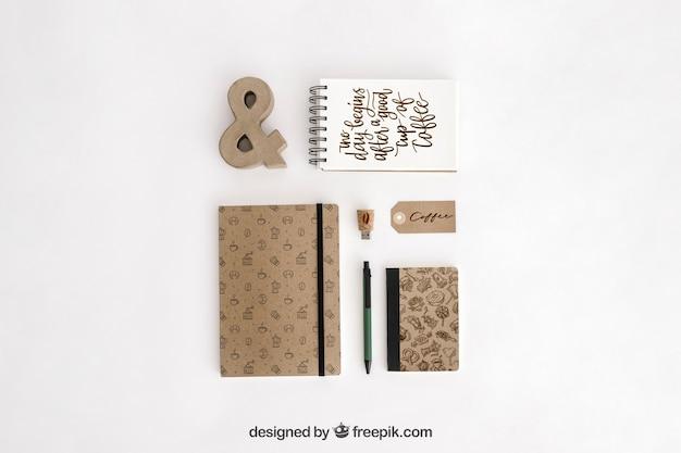 Bovenaanzicht briefpapier concept met kantoorbenodigdheden