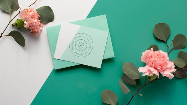 Bovenaanzicht briefpapier en prachtige bloemen