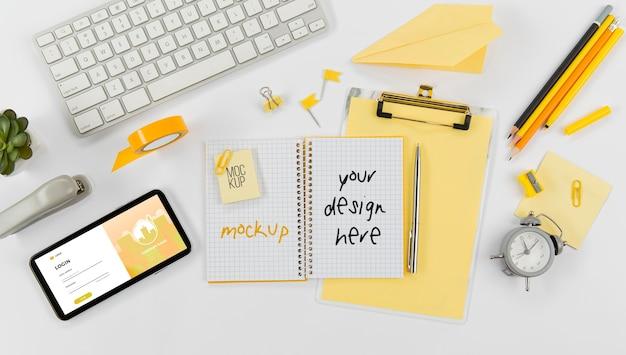 Bovenaanzicht briefpapier minimaal concept met mock-up