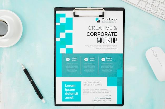 Bovenaanzicht briefpapier mock-up met muis en toetsenbord