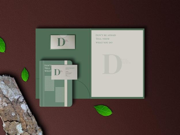 Bovenaanzicht briefpapier mockup met bladeren en hout