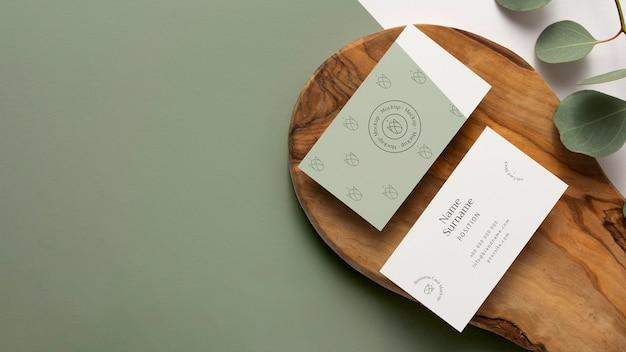 Bovenaanzicht briefpapier op hout met bladeren