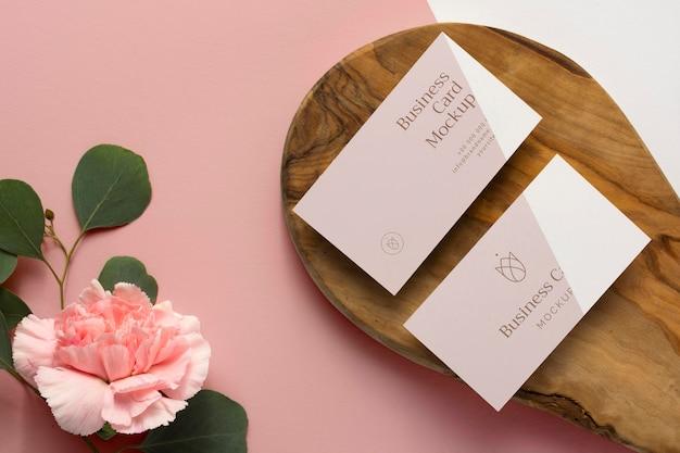 Bovenaanzicht briefpapier op hout met bloemen