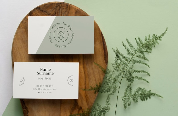 Bovenaanzicht briefpapier op hout met plant