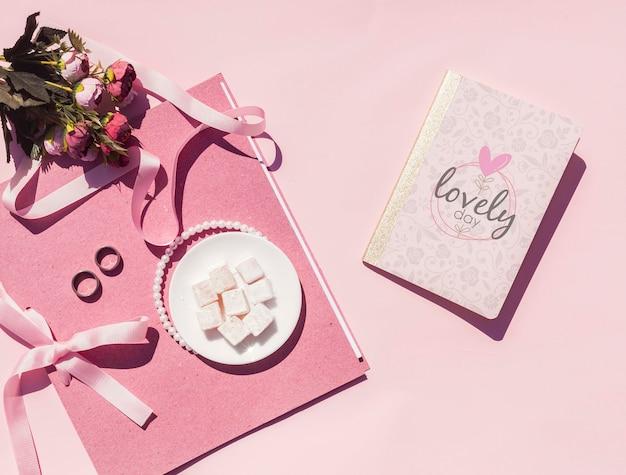 Bovenaanzicht bruiloft ideeën met huwelijksdagboek