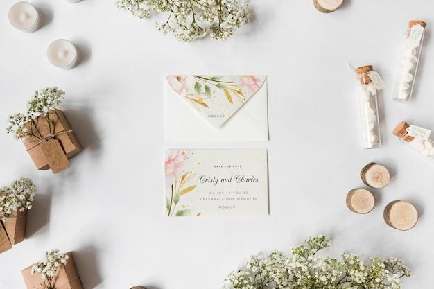 Bovenaanzicht bruiloft uitnodiging met mock-up