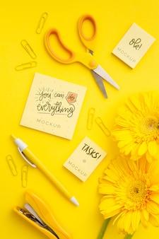 Bovenaanzicht bureau concept met bloemen