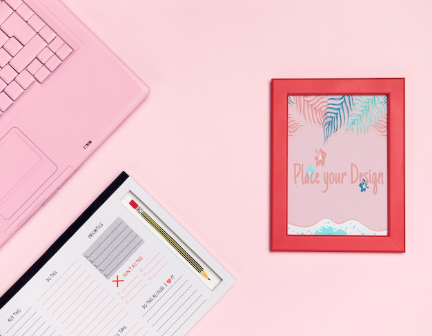 Bovenaanzicht bureau concept met mock-up frame