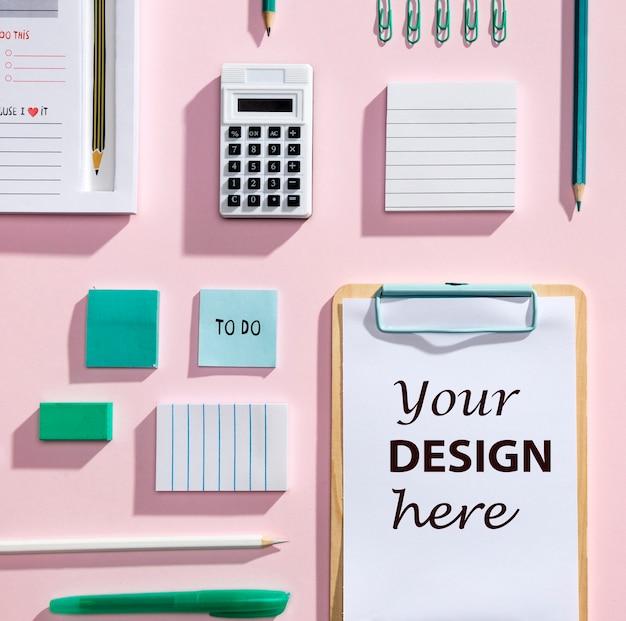 Bovenaanzicht bureau concept met mock-up klembord