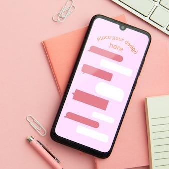 Bovenaanzicht bureau concept met smartphone