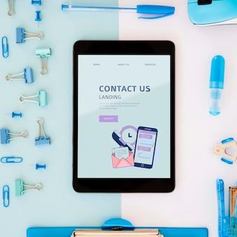 Bovenaanzicht bureau concept met tablet