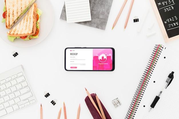 Bovenaanzicht bureau met sandwich en telefoon mock-up