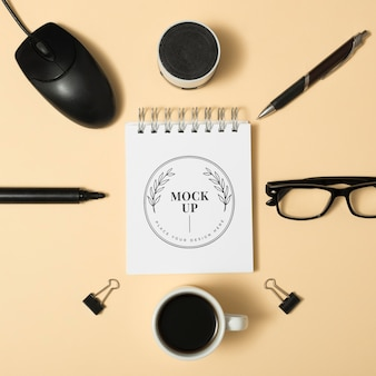 Bovenaanzicht bureau mock-up met muis
