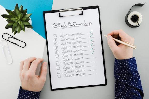 Bovenaanzicht checklist met mock-up concept Gratis Psd