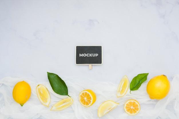 Bovenaanzicht citroen op tafel