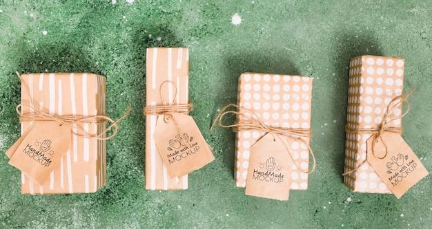 Bovenaanzicht collecties van cadeautjes met tags