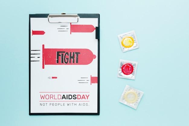 Bovenaanzicht condooms en klembord