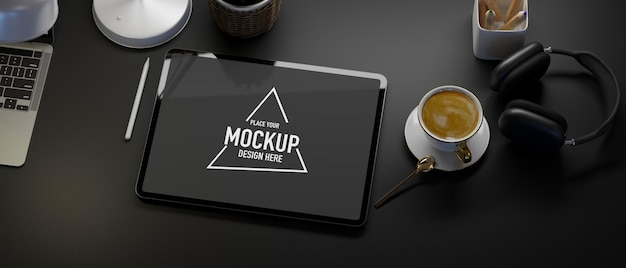 Bovenaanzicht creatieve zwarte werkruimte tablet mockup koffie laptop hoofdtelefoon zwarte tafel achtergrond