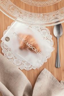 Bovenaanzicht croissant in doorzichtige verpakking