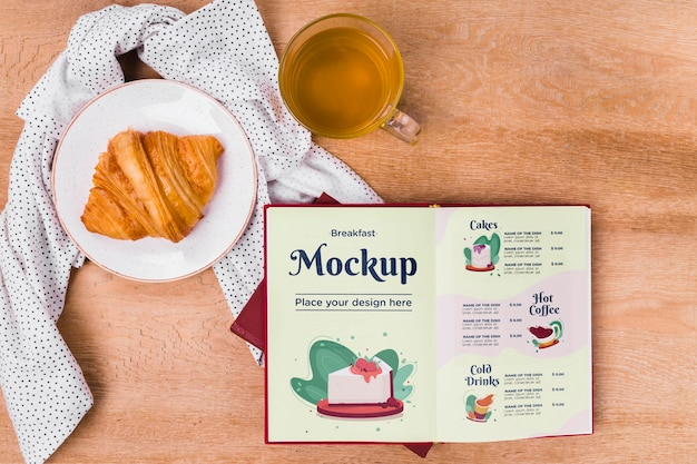 Bovenaanzicht croissant met menu mock-up