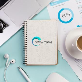 Bovenaanzicht desktop concept met kop koffie