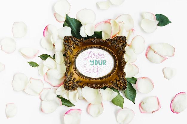 Bovenaanzicht elegant frame omringd door bloemblaadjes