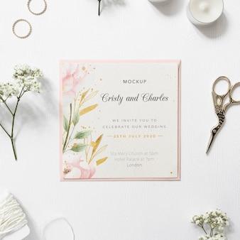 Bovenaanzicht elegante bruiloft uitnodiging met mock-up