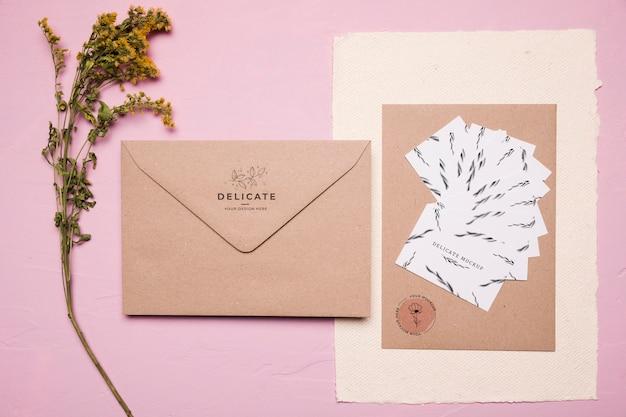 Bovenaanzicht envelopontwerp met bloem