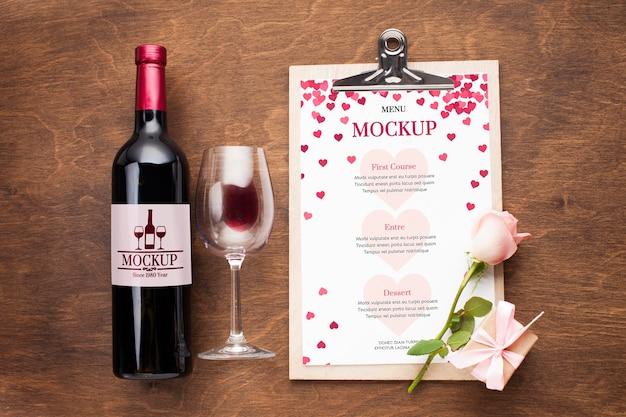 Bovenaanzicht fles wijn en glas arrangement
