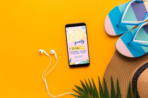 Bovenaanzicht flip flops met mobiele telefoon en oortelefoons
