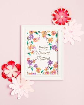 Bovenaanzicht floral frame omgeven door bloemen