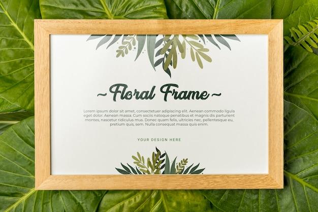 Bovenaanzicht floral frame omgeven door groene bladeren