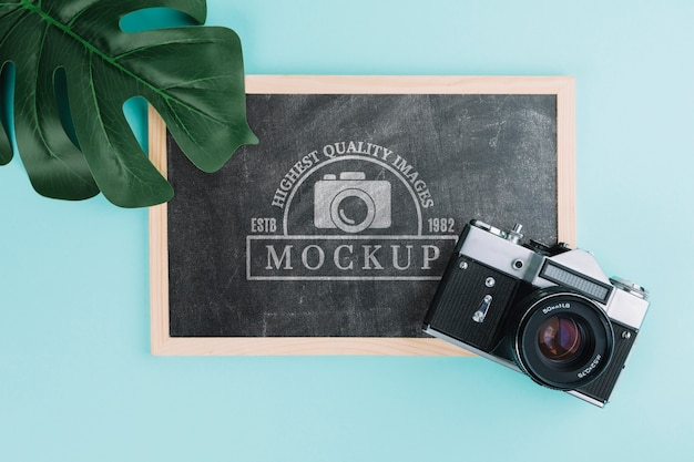 Bovenaanzicht fotocamera met bord