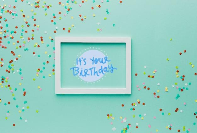 Bovenaanzicht frame met kleurrijke confetti