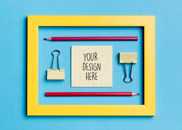 Bovenaanzicht frame met paperclips en potloden