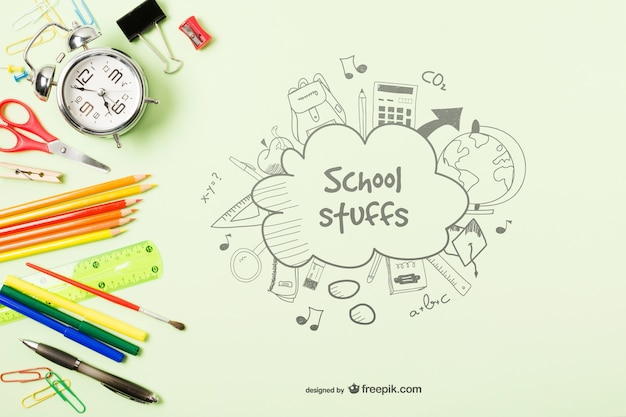 Bovenaanzicht frame met school spullen op groene achtergrond