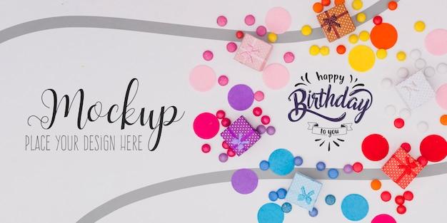 Bovenaanzicht gelukkige verjaardag concept met mock-up