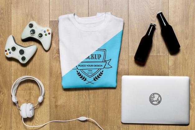 Bovenaanzicht gevouwen hoodie met controllers, flessen en koptelefoons