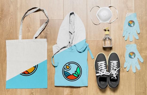 Bovenaanzicht gevouwen hoodie mock-up met handschoenen en masker