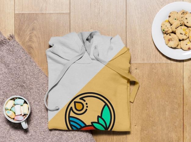 Bovenaanzicht gevouwen hoodie mock-up met koekjes