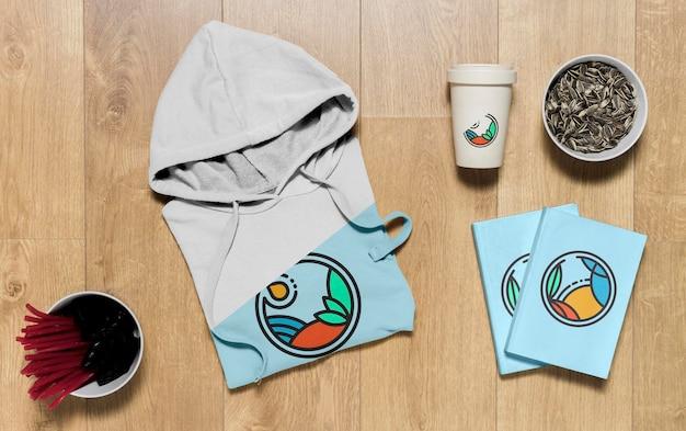 Bovenaanzicht gevouwen hoodie mock-up met notitieboekjes en zonnebloempitten
