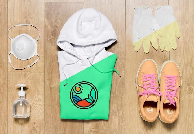 Bovenaanzicht gevouwen hoodie mock-up met schoenenmasker en handschoenen