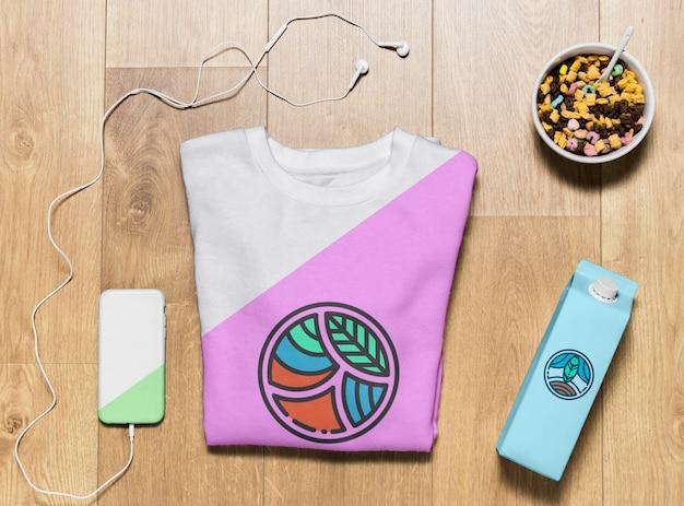 Bovenaanzicht gevouwen hoodie mock-up met telefoonhoes en snack