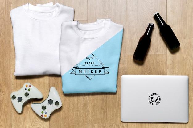 Bovenaanzicht gevouwen hoodies mock-up met controllers en tablet