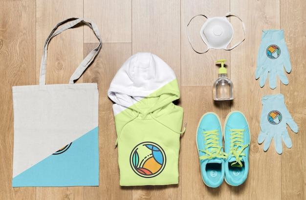 Bovenaanzicht gevouwen hoodies mock-up met tas en schoenen