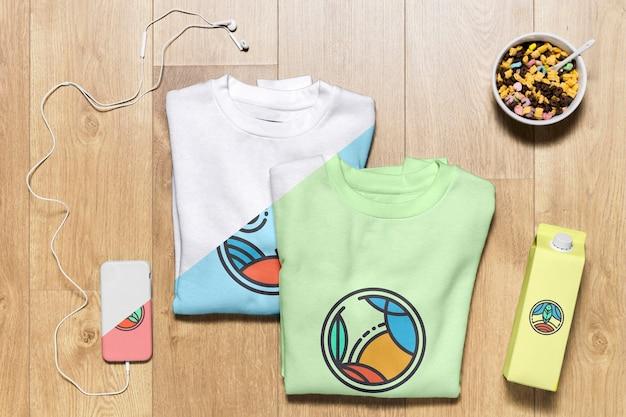Bovenaanzicht gevouwen hoodies mock-up met telefoonhoes, fles en snack