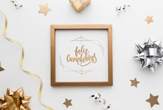 Bovenaanzicht gouden frame met witte achtergrond