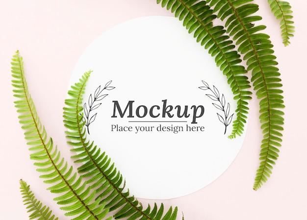 Bovenaanzicht groene bladeren arrangement met mock-up