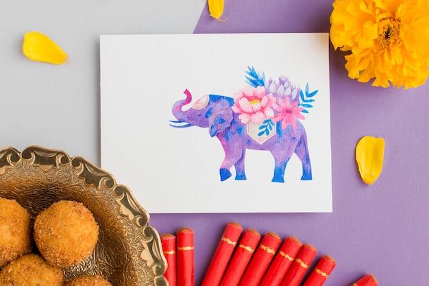 Bovenaanzicht happy diwali festival mock-up eten en vuurwerk