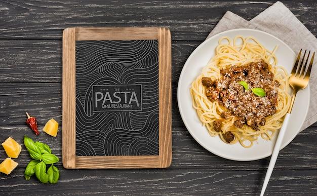 Bovenaanzicht heerlijke pasta op plaat